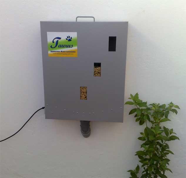 Comedero automático instalado en pared