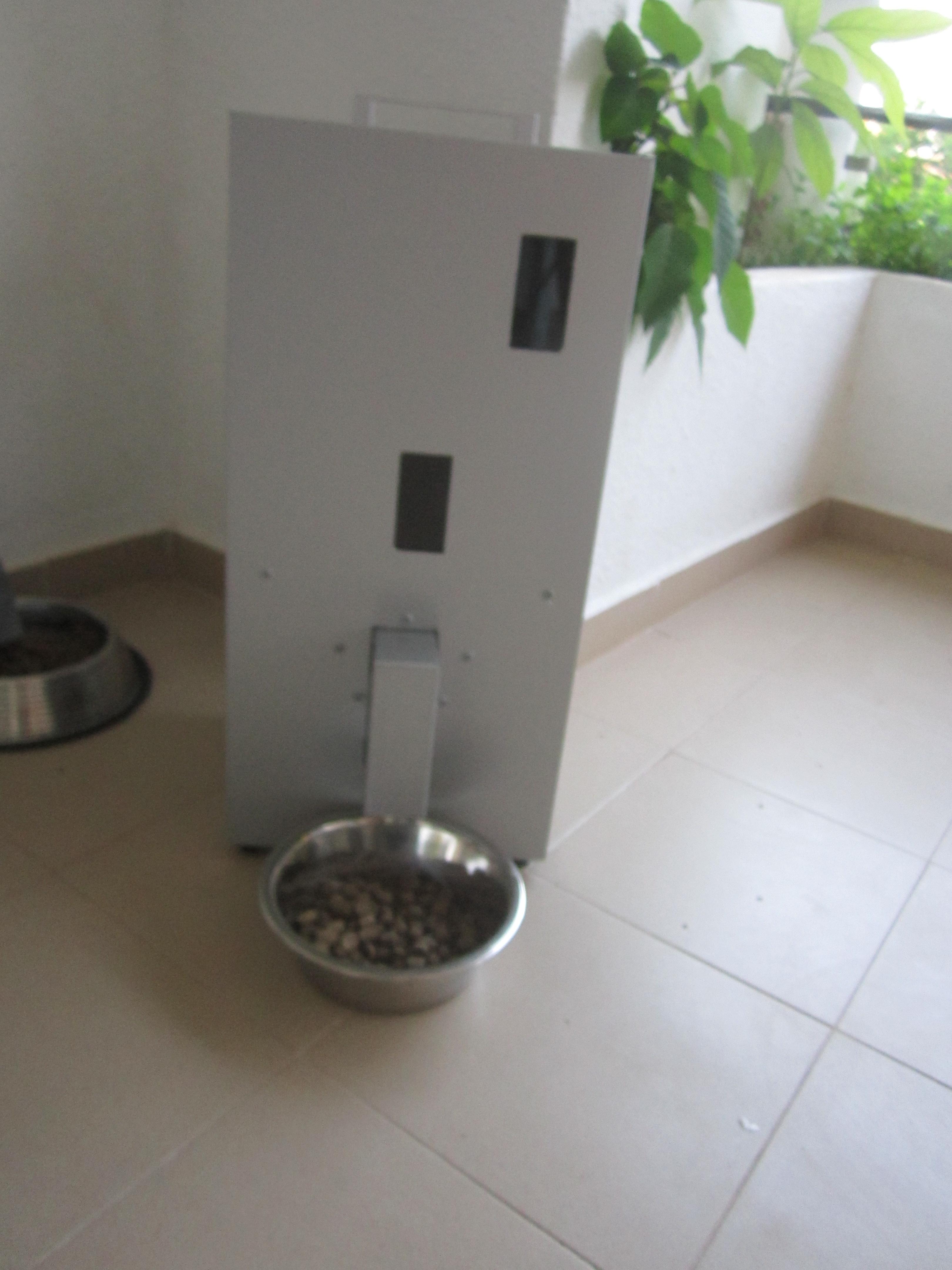Comedero para perros, con posicionamiento en suelo